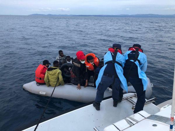 İzmir'de Türk kara sularına itilen 70 sığınmacı kurtarıldı