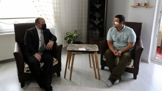 Bakan Varank gazeteci Uslu'yu evinde ziyaret etti