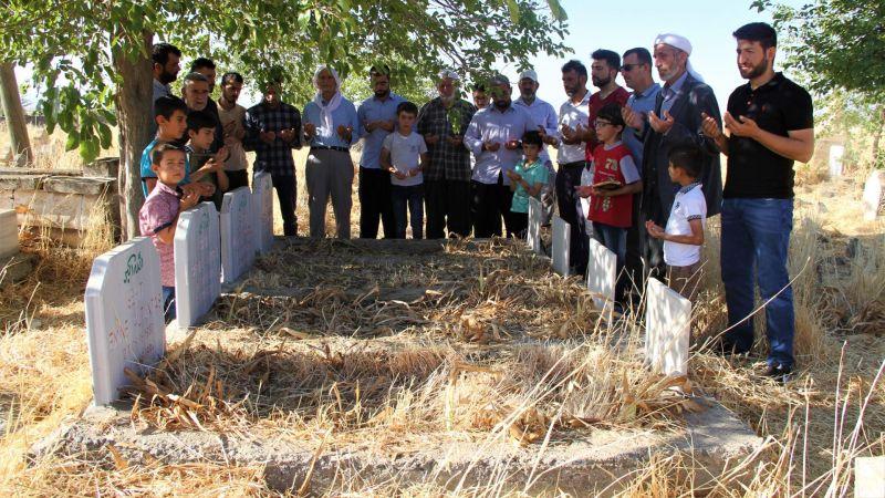 PKK'lı teröristlerin katlettiği 4 kişi mezarları başında anıldı