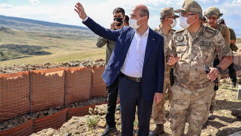İçişleri Bakanı Soylu, İran sınır hattında yapılan güvenlik duvarı çalışmalarını inceledi