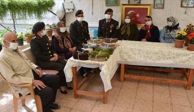 81 yaşındaki Havva ninenin ördüğü patikler Ağrı'daki Mehmetçiklere ulaştı
