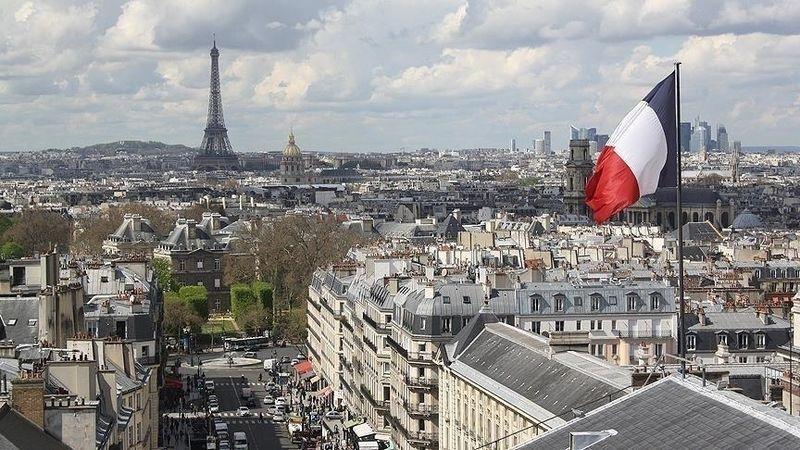 Fransa'da çok tartışılan iklim yasası kabul edildi