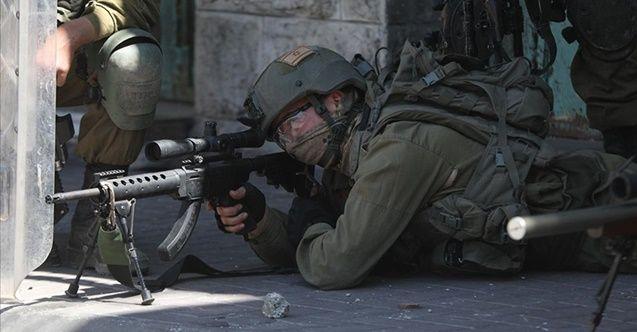İşgalci İsrail askerleri Filistinli bir çocuğu karnından vurararak ağır yaraladı