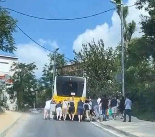 Yolda kalan İETT otobüsünü yolcular itti