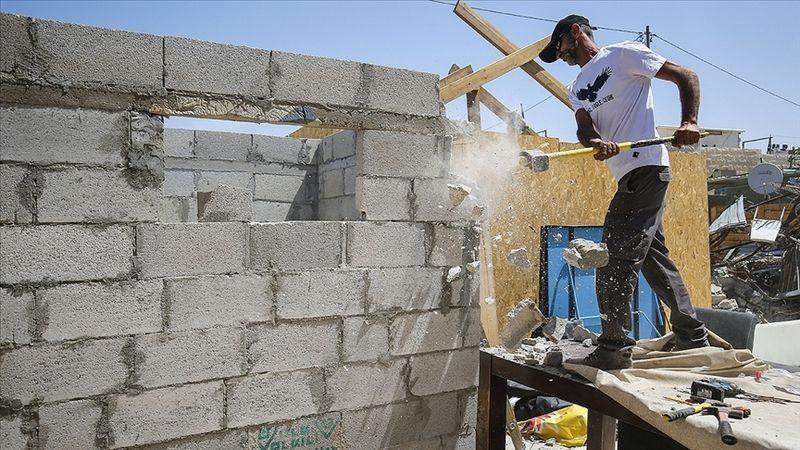 İşgalci İsrail, Filistinli aileye evini kendi elleriyle yıktırdı
