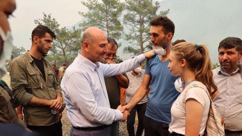 Bakan Soylu, Marmaris'te yangın söndürme çalışmalarına destek olmak için balayını yarıda bırakan polis memuru çiftle görüştü