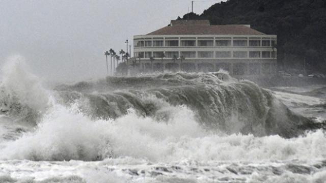 """Japonya'da """"tayfun"""" alarmı: Hızla ilerliyor"""