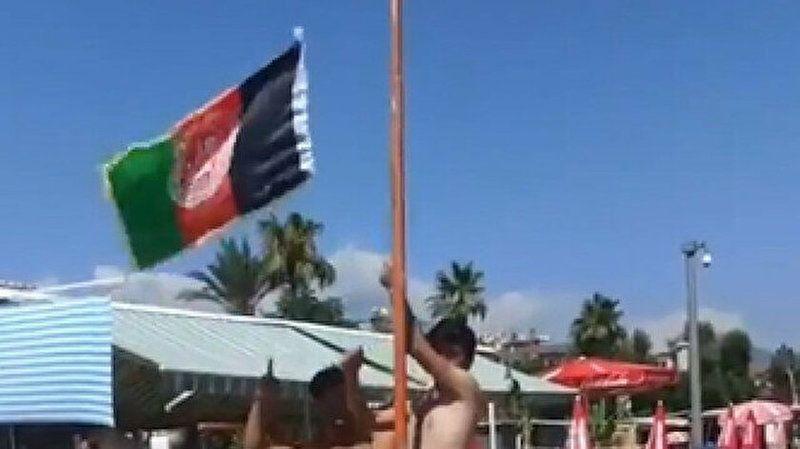 'Afgan göçmenler Alanya plajında bayrak astı' iddiasına valilikten yalanlama geldi
