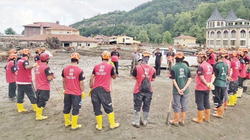 230 kişilik ekiple selden etkilenenlere yardım