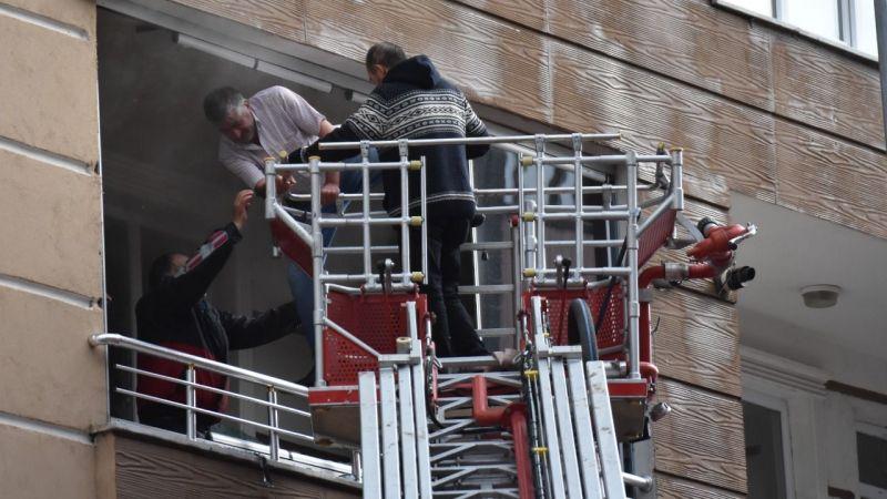 Kars'ta binada çıkan yangında dumandan etkilenen 3 kişi itfaiye ekiplerince kurtarıldı