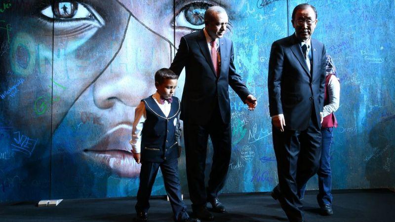 """Cumhurbaşkanı Erdoğan, Zafer Bayramı tebriklerini """"Mülteci Çocuk"""" tablosu önünde kabul etti"""
