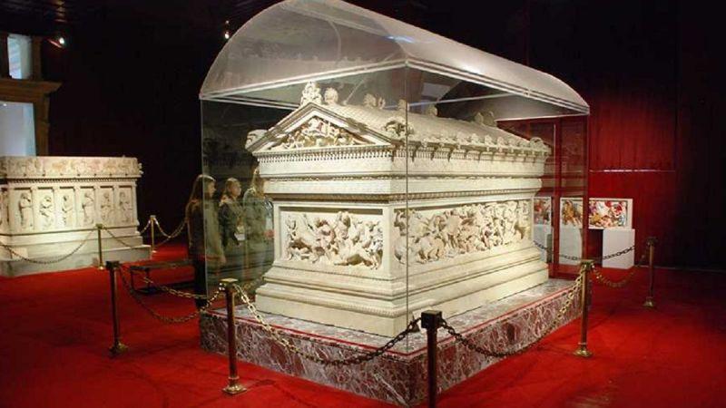 İskender Lahdi hangi müzede sergilenmektedir? İskender Lahdi nerede, hangi ülkede bulunup getirildi?