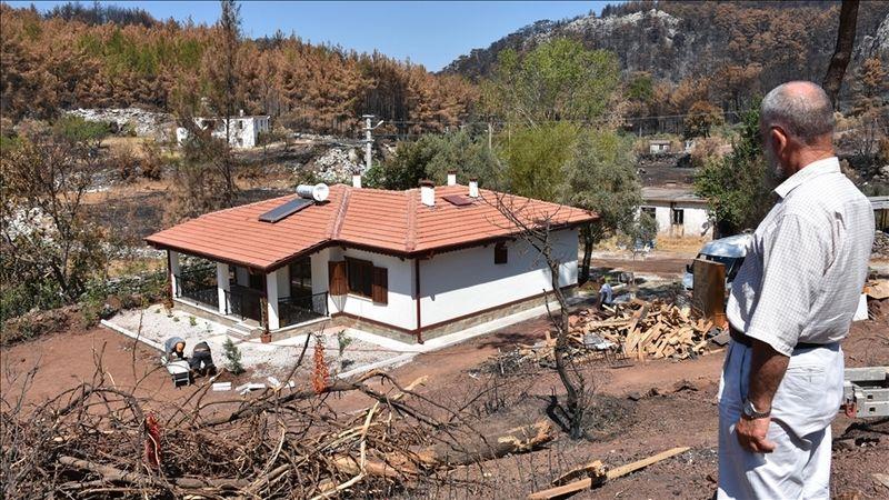 Orman yangınında evleri yanan çift, yeni evlerine kavuştu