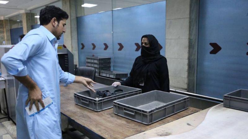 Kabil'de kadın personel işbaşı yaptı