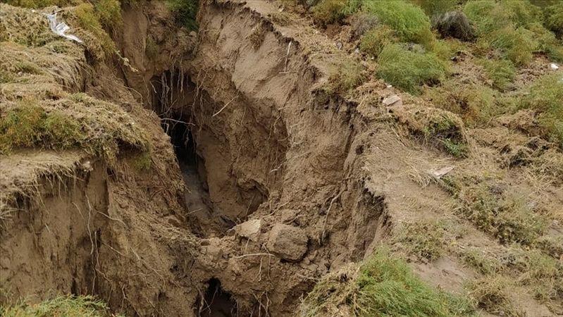 Konya'da sular çekildi dev yarıklar ortaya çıktı