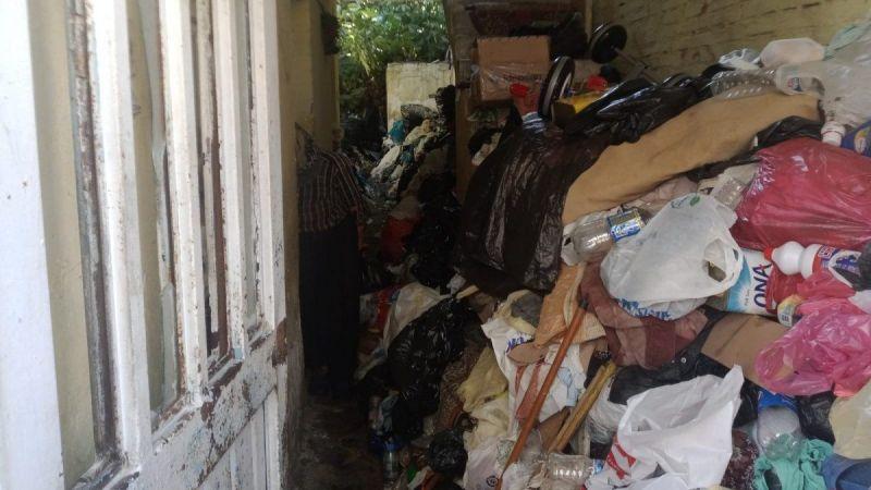 Tek başına yaşayan kadının evinden 9 kamyon çöp çıktı