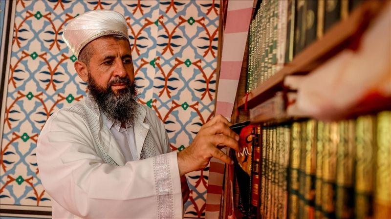 Yüce Camisi'nin imamı, özel gereksinimli ve hasta vatandaşların gönüllerine dokunuyor