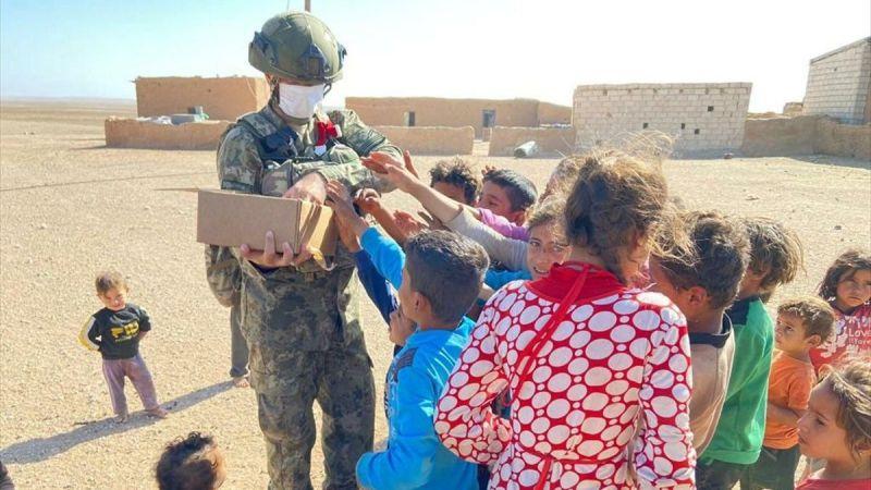 Mehmetçik, Barış Pınarı bölgesinde ihtiyaç sahiplerine yardım dağıttı