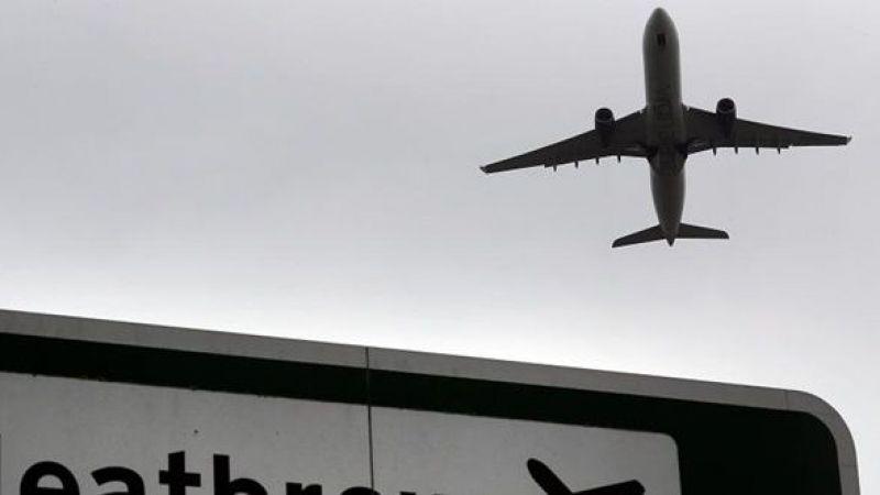İngiltere'de Heathrow Havaalanı'ndaki arıza dolayısıyla yolcular uçaklarda bekletildi, kuyruklar oluştu