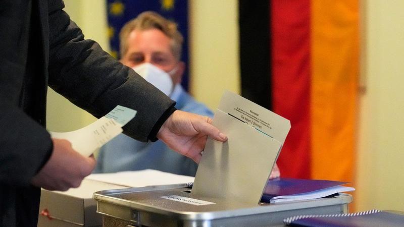 Almanya'da seçim skandalı! Başörtülü kadının oy kullanmasına izin verilmedi