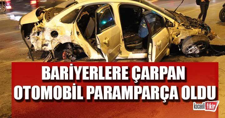 Kocaeli'de bariyerlere çarpan otomobil paramparça oldu