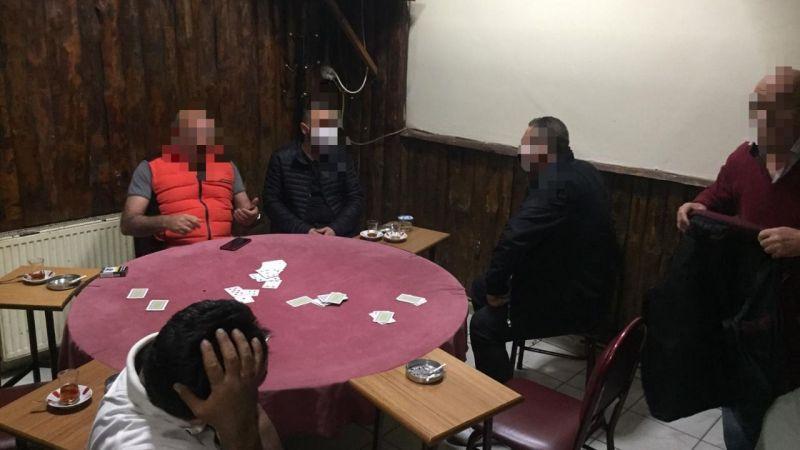 Karantinadan kaçıp kumar oynarken yakalandı