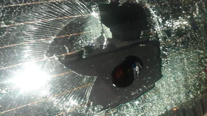 Şehir eşkiyaları araçların camlarını kırdı