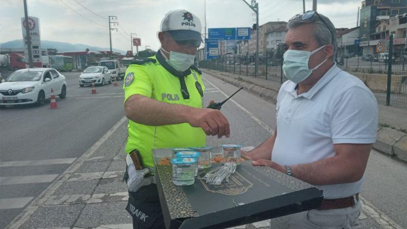 Turan Şahin esnaf ve çalışanlara baklava dağıttı