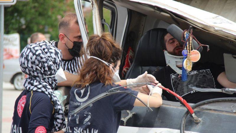 Kontrolden çıkan kamyonet önce TIR'a sonra otomobile çarptı