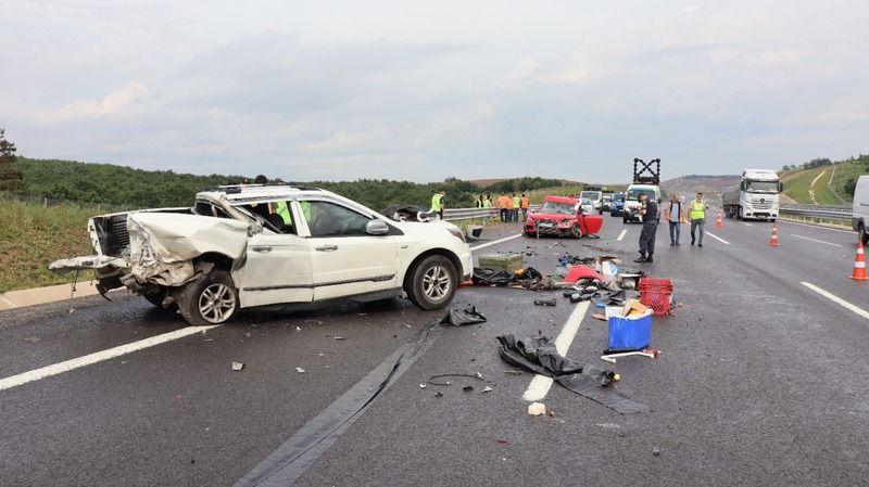 Yolda kaza yapanlara yardım etmek için aracından indi canından oldu