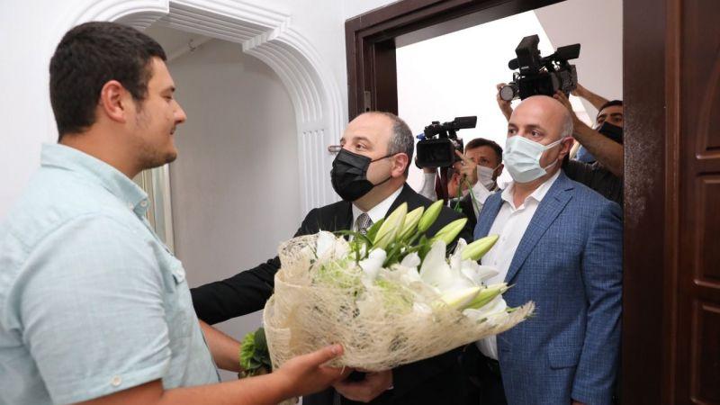 Bakan Varank, o gazeteciyi ziyaret etti