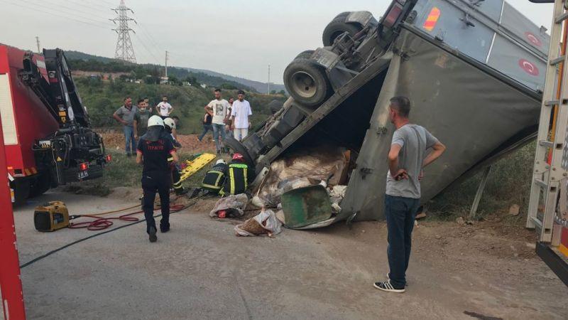 Kurban derisi yüklü kamyon devrildi: 4 yaralı