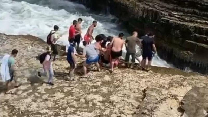Dalgalara kapılan vatandaşı kurtarmak için zamanla yarıştırlar