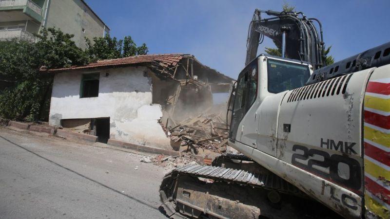 Zabıtan Mahallesindeki hasarlı bina yıkıldı