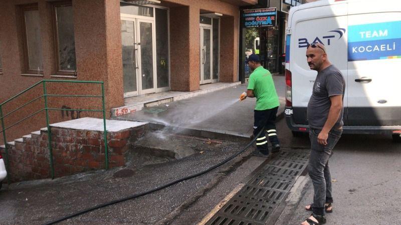 İzmit'te sokak yıkama ve dezenfekte sürüyor