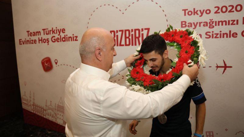 Darıca ailesi Şamdan'ı çiçeklerle karşıladı