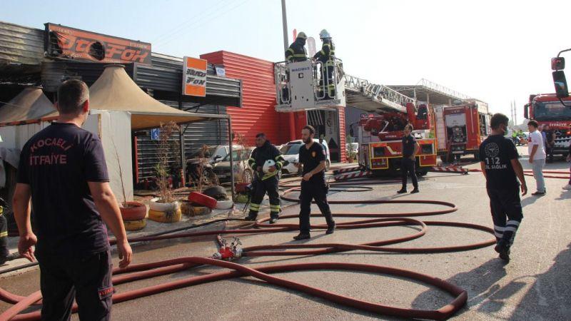 Oto bakım servisinde çıkan yangında 2 kişi dumandan etkilendi