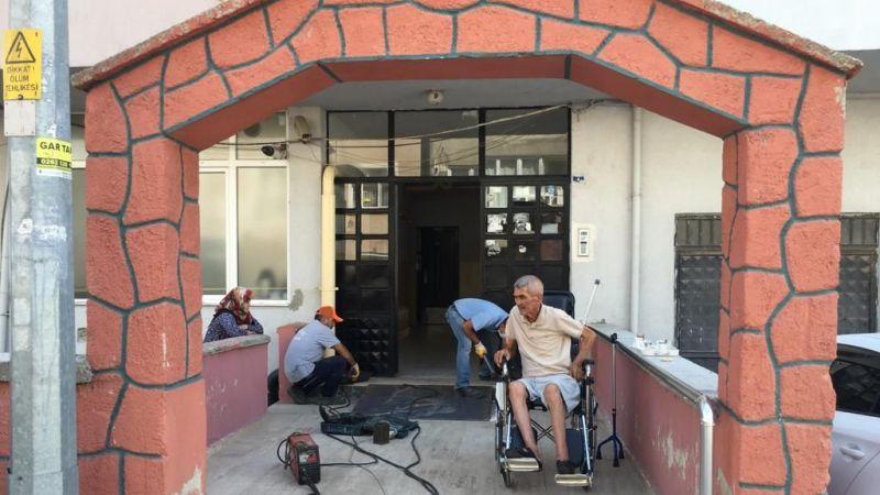 Körfez Belediyesi'nden engelli vatandaş için özel rampa