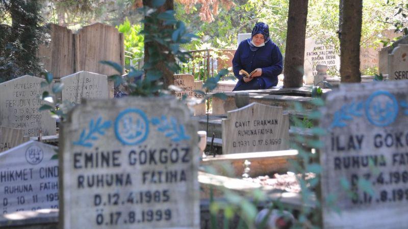 17 Ağustos depreminin yıl dönümünde hayatını kaybedenler mezarları başında anıldı