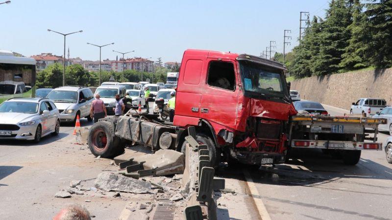 Beton blokları parçalayan TIR, D-100'de trafiği felç etti