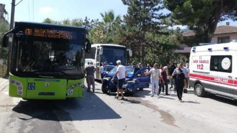 Halk otobüsüyle çarpışan otomobildeki anne ve oğlu yaralandı