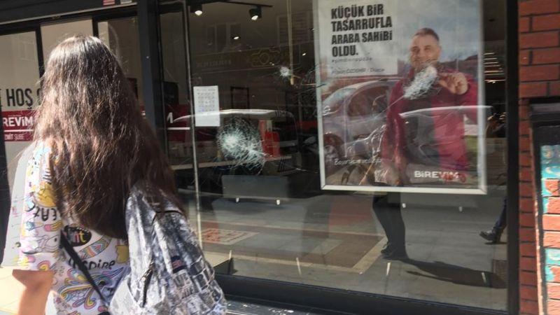 Kızgın vatandaş Birevim'in camına taş attı