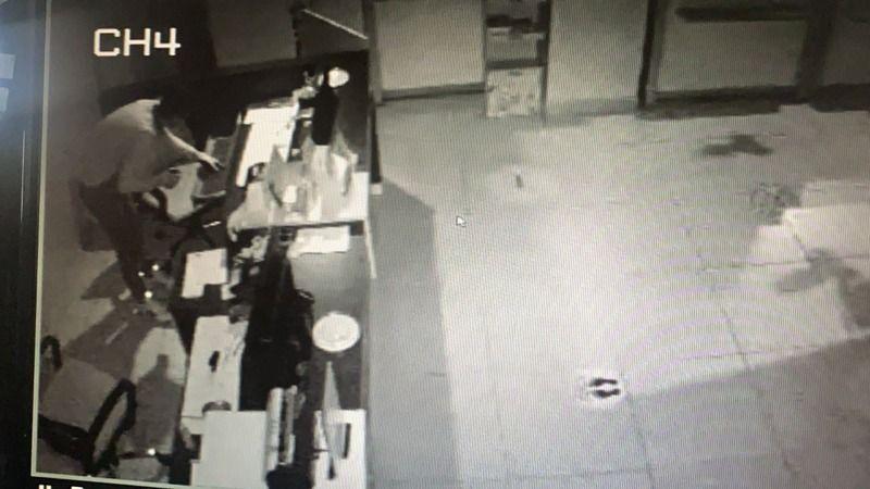 Havalandırma deliğinden geçerek 2 dükkanı birden soydu