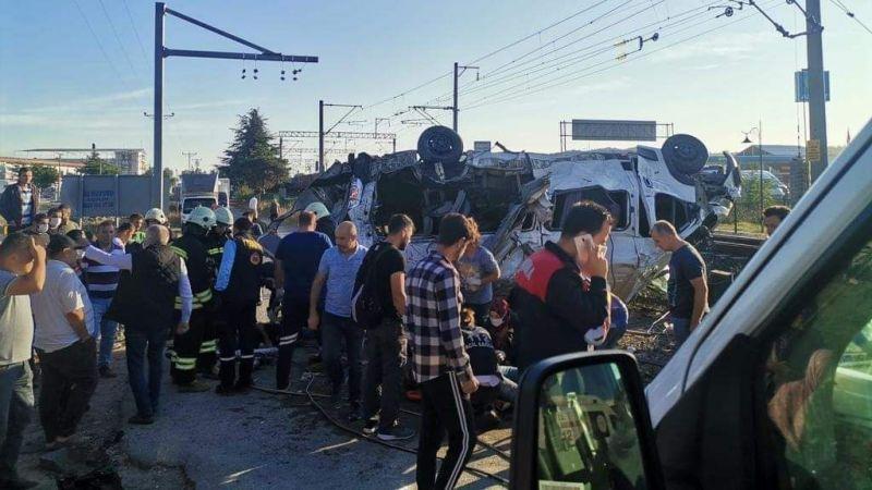 Yük treni işçi servisine çarptı: Çok sayıda ölü var