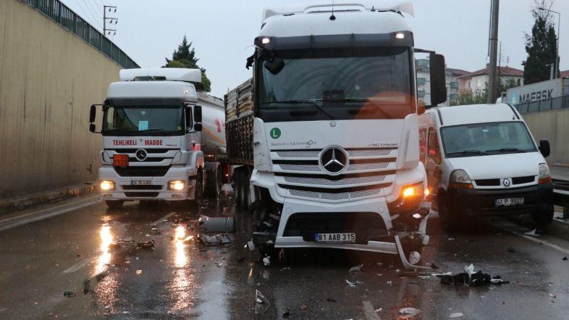 Kocaeli'de zincirleme kaza! 17 araç birbirine girdi