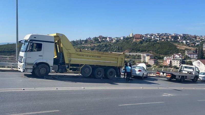 Virajı alamayan otomobil kamyonla çarpıştı!