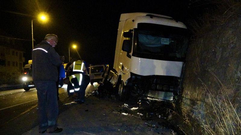 TIR ile otomobil kafa kafaya çarpıştı: 4 yaralı