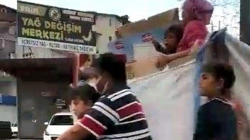 Kucaklarına ve sepete doldurdukları çocuklarla trafikte ölüme davetiye çıkardılar