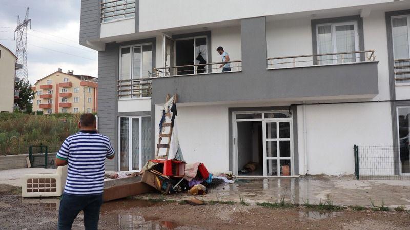 3 çocuk çakmakla oynarken evi ateşe verdi