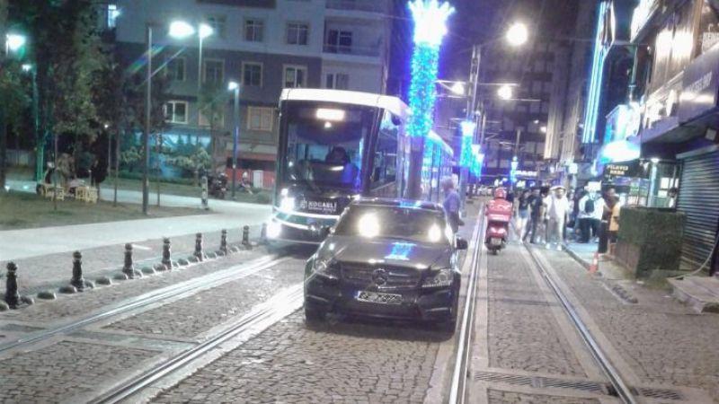 Tramvay yoluna park eden araçlara müdahale ediliyor